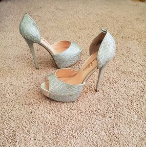 DE BLOSSOM COLLECTION SILVER HEELS..SIZE 7